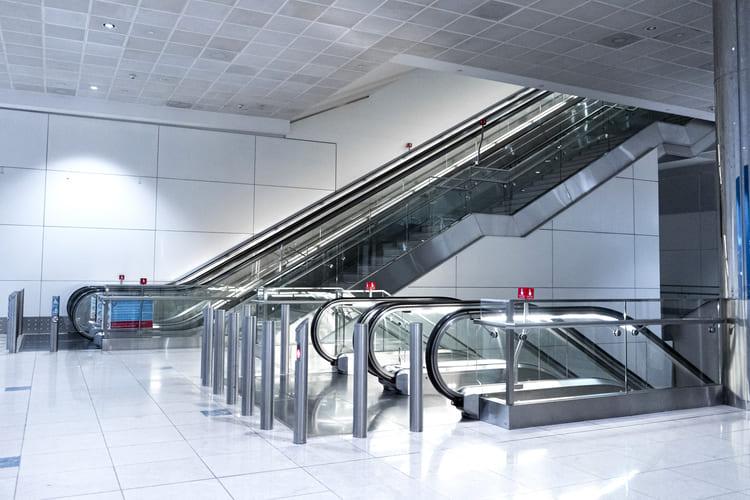 wide-hall-between-floors-with-escalators-to-move-to-another-floor (1) (1) (1)